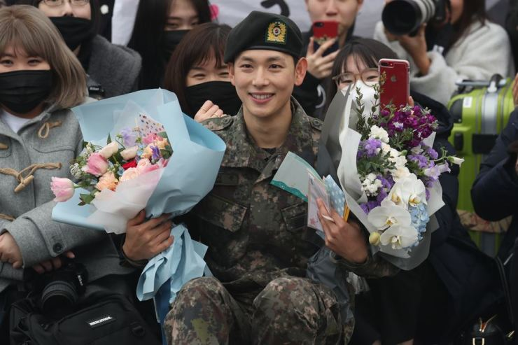 Im Si-wan, an actor and member of boyband ZE:A, takes photo with his fans who visited the military center to celebrate his dismissal from two years military service. Yonhap