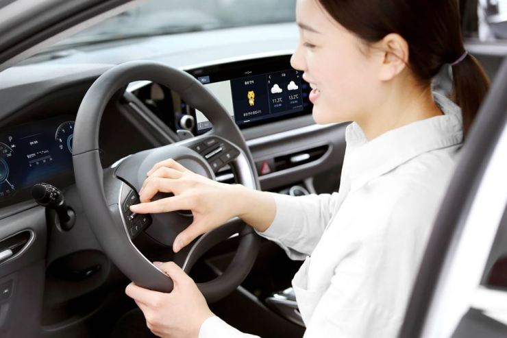 A A model tries Hyundai Motor's Sonata sedan's voice assistant that features Kakao i, an artificial intelligence platform, in this photo provided by Kakao, Monday. / Courtesy of Kakao