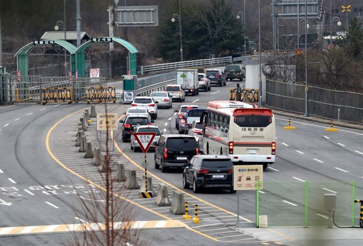 Vehicles carrying South Korean officials of the inter-Korean liaison office in North Korea head to Gaesong through the inter-Korean customs, immigration and quarantine office on Gyeongui Line in Paju, Gyeonggi Province, Monday. Yonhap