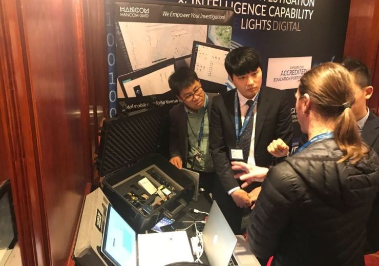 Hancom GMD employees promote forensic software and hardware tools at the International Digital Investigation & Intelligence Awards, held in London from March 11 to 15, in this photo provided by the firm, Monday. / Courtesy of Hancom GMD