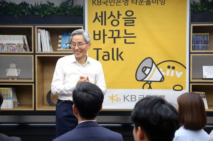 KB Financial Group Chairman Yoon Jong-kyoo speaks with workers at a town hall meeting at the group headquarters on Yeouido, Seoul, April 29. Courtesy of KB Financial Group