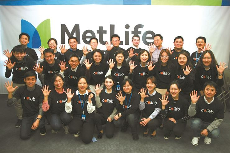 MetLife Korea executives and employees pose after attending a meeting for Collab 5.0, a global insurtech (insurance technology) contest for startups at the insurer's headquarters in Seoul, April 10. MetLife on Wednesday selected seven teams that will take part in the final round of the global insurtech event, which will take place in Seoul, June 12 and 13. Courtesy of MetLife