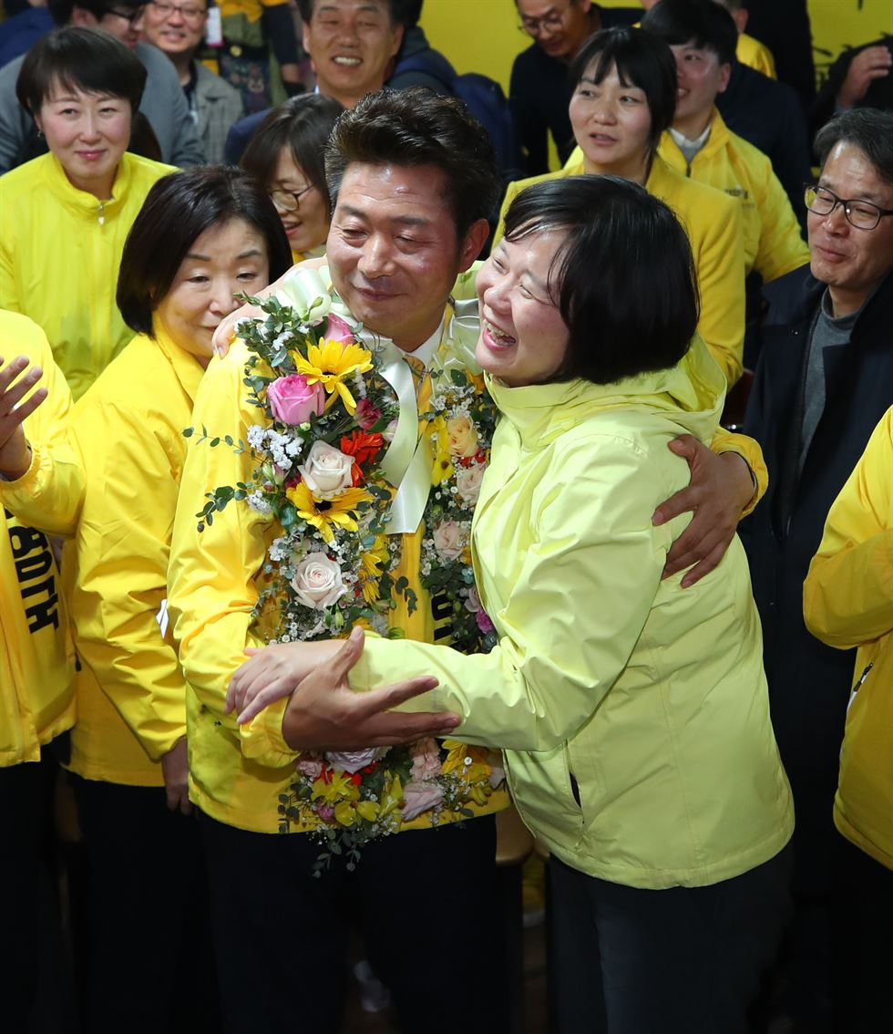 Rep. Jeong Jeom-sig of the main opposition Liberty Korea Party, second from right, celebrates at his election campaign office in Tongyeong's Buksin-dong area in South Gyeongsang Province after claiming a parliamentary seat representing Tongyeong-Goseong in Wednesday's bi-elections, April 3. Yonhap