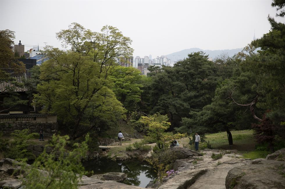 Songseokjeong pavilion stands at the top of the slope at the back of the Seongnagwon Garden in northern Seoul, Tuesday. / Korea Times photo by Choi Won-suk