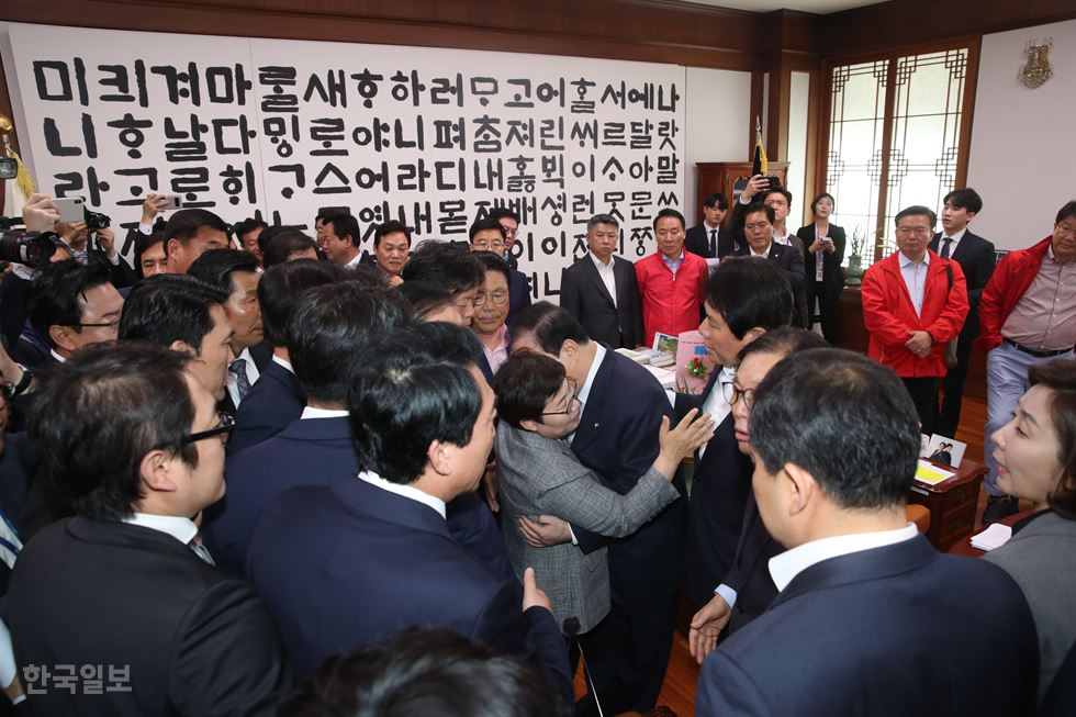 National Assembly Speaker Moon Hee-sang touches Rep. Lim Lee-ja on the cheeks Wednesday. Courtesy of Rep. Song Hee-kyeong