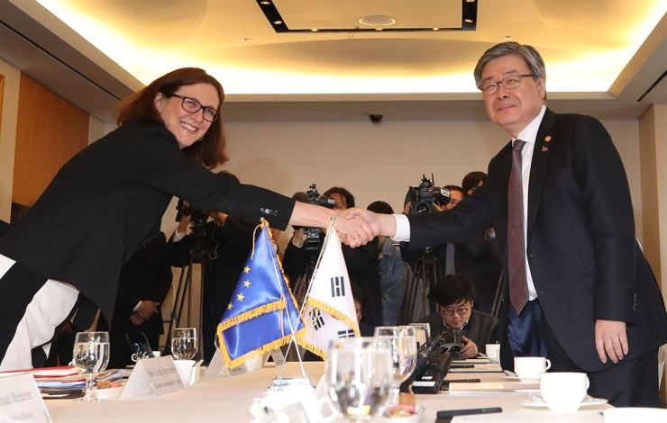 Korea's Labor Minister Lee Jae-gap shakes hands with EU Trade Commissioner Cecilia Malmstrom during a meeting at the Lotte Hotel Seoul, Tuesday. Yonhap