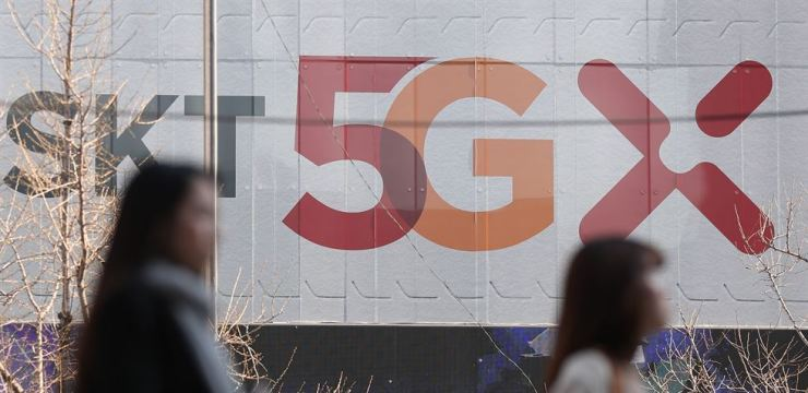 A banner promotes full-fledged 5G mobile networks in Seoul, Thursday. One day earlier, South Korea launched the superfast communications, making it the world's first country to provide 5G networks. Yonhap