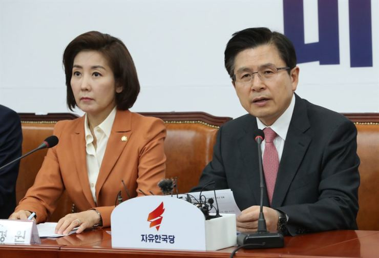 Liberty Korea Party Chairman Hwang Kyo-ahn, right, speaks during a party meeting at the National Assembly, Wednesday. He apologized for its members' defamatory remarks about the victims of the 2014 Sewol ferry disaster, pledging to refer them to the party's ethics committee for disciplinary measures. / Yonhap
