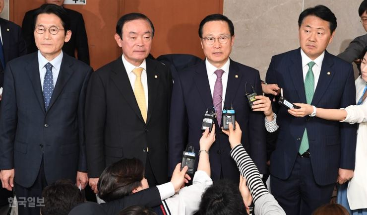 Floor leaders of four major political parties, with the absence of the main opposition Liberty Korea Party (LKP), speak to reporters after reaching an agreement to fast-track bills on electoral reform and the establishment of a new investigative unit handling cases related to ranking government officials and the President's relatives, at the National Assembly, Monday. Each of the four parties will hold a general meeting next week to seek the floor leaders' agreement. After that, the parties will put the bills to votes at an Assembly session. The LKP, which has boycotted the reform talks, vowed to prevent the passage of the bills, likening the four parties' move to a coup. From left are Reps. Youn So-ha of the Justice Party, Chang Byoung-wan of the Party for Democracy and Peace, Hong Young-pyo of the Democratic Party of Korea and Kim Kwan-young of the Bareunmirae Party. Yonhap