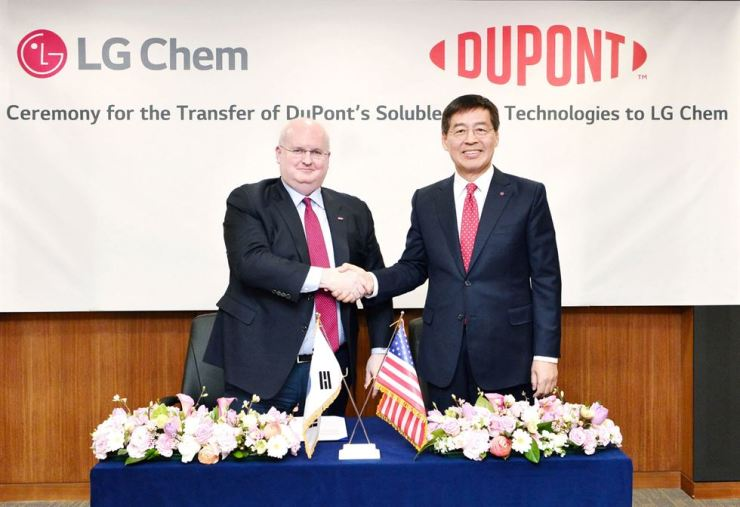 LG Chem Vice Chairman Shin Hak-cheol, right, poses with Marc Doyle, CEO-elect of DuPont, during a ceremony for the transfer of the latter's soluble OLED technologies to the former, at LG Twin Tower in Yeouido, Seoul, March 29. / Courtesy of LG Chem