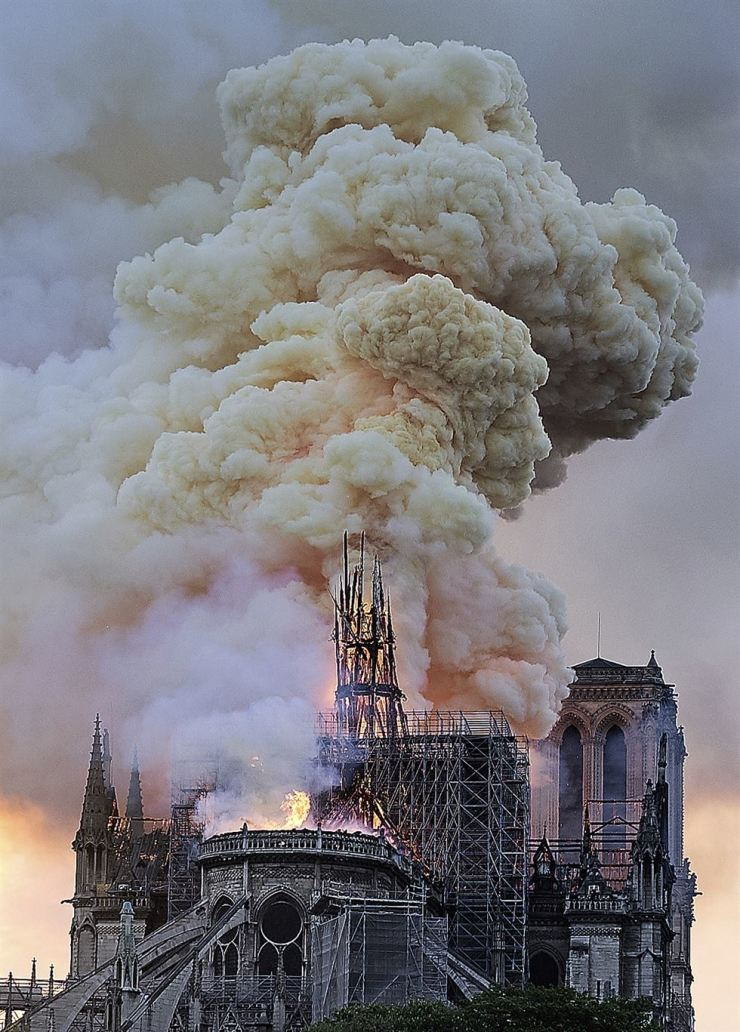 Flames and smoke rise as the spire on Notre Dame cathedral collapses in Paris, Monday, April 15, 2019. AP-Yonhap