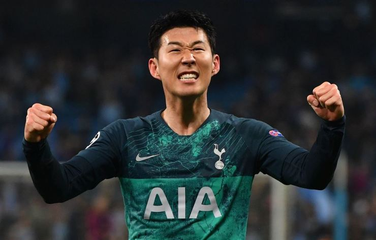 Tottenham Hotspur's South Korean striker Son Heung-min celebrates at the final whistle during the UEFA Champions League quarter final second leg football match between Manchester City and Tottenham Hotspur at the Etihad Stadium in Manchester, north west England on April 17, 2019. / Yonhap-AFP