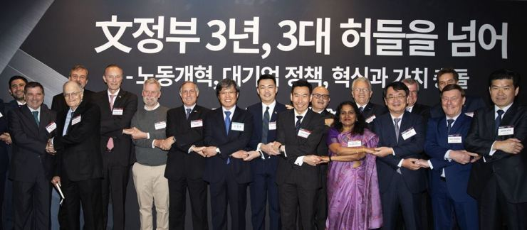 Korea Times and Hankook Ilbo Chairman Seung Myung-ho, seventh from left, poses with foreign ambassadors to Korea and other guests during the sixth Korea Forum, co-hosted by the two dailies at the Shilla Seoul, Thursday. From left are Argentine Ambassador Alfredo Carlos Bascou; Thomas John Sargent, an economics professor at New York University; Croatian Ambassador Damir Kusen; German Ambassador Stephan Auer; Neal Gorenflo, the co-founder of nonprofit news outlet Shareable; Mexican Ambassador Bruno Figueroa Fischer; Seung; Singaporean Ambassador Yip Wei Kiat; Australian Ambassador James Choi; Costa Rican Ambassador Rodolfo Solano Quiros; Indian Ambassador Sripriya Ranganathan; Dominican Ambassador Humberto Salazar; Korea Times President-Publisher Lee Byeong-eon; British Ambassador Simon Smith; Macquarie Capital Korea Chairman John Walker; Danish Ambassador Thomas Lehmann; and AMCHAM Chairman James Kim. / Korea Times photo by Choi Won-suk
