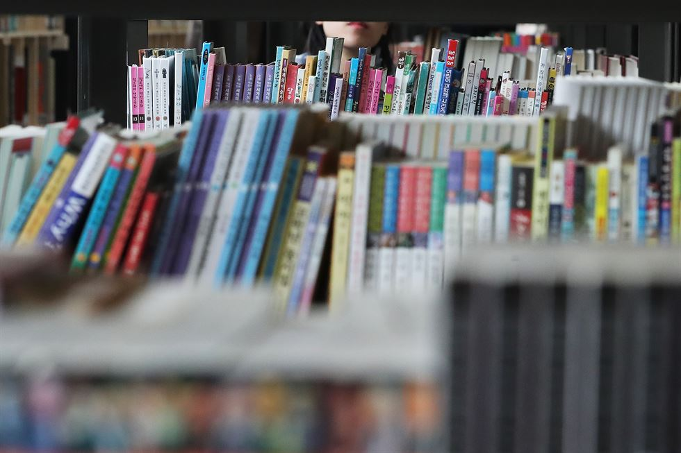 Visitors explore Seoul Book Repository, the city's first public secondhand bookstore in Songpa-gu, southeastern Seoul, on its March 27 opening. / Yonhap