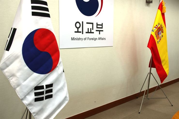 The national flags of Korea and Spain are on display for the meeting between Vice Foreign Minister Cho Hyun and Fernando Valenzuela at the ministry building in Seoul, April 4. Yonhap
