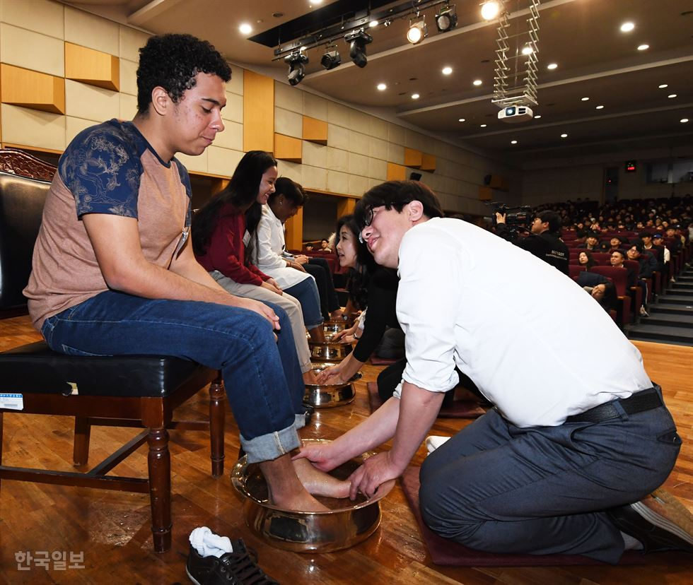 Myongji University in Seoul hosted a foot-washing ceremony on Tuesday to celebrate Easter, a Christian holiday commemorating the resurrection of Jesus. Easter falls this weekend. The school has held the ceremony annually for 19 years, holding up its founding spirit: 'Believing God, being filial to parents.' Korea Times photo by Bae Woo-han