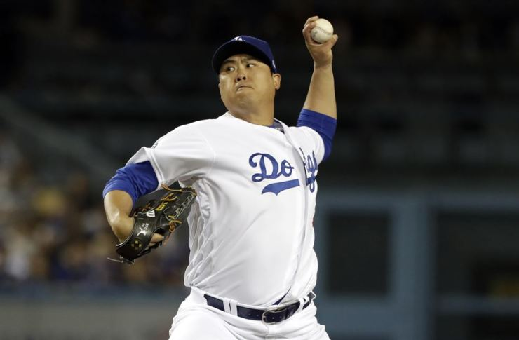 Los Angeles Dodgers' Ryu Hyun-jin throws a pitch in the third inning against San Francisco Giants at Dodger Stadium in Los Angeles, Tuesday. Yonhap