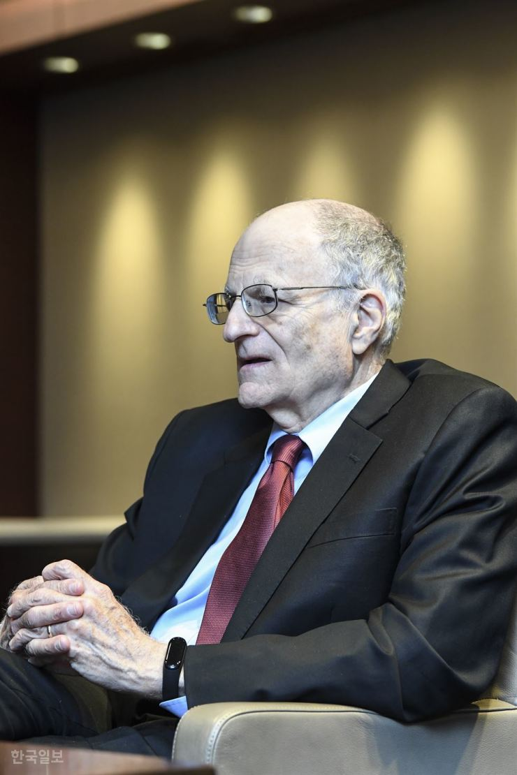 Nobel prize-winning American economist Thomas Sargent speaks with The Korea Times in Seoul, Thursday.