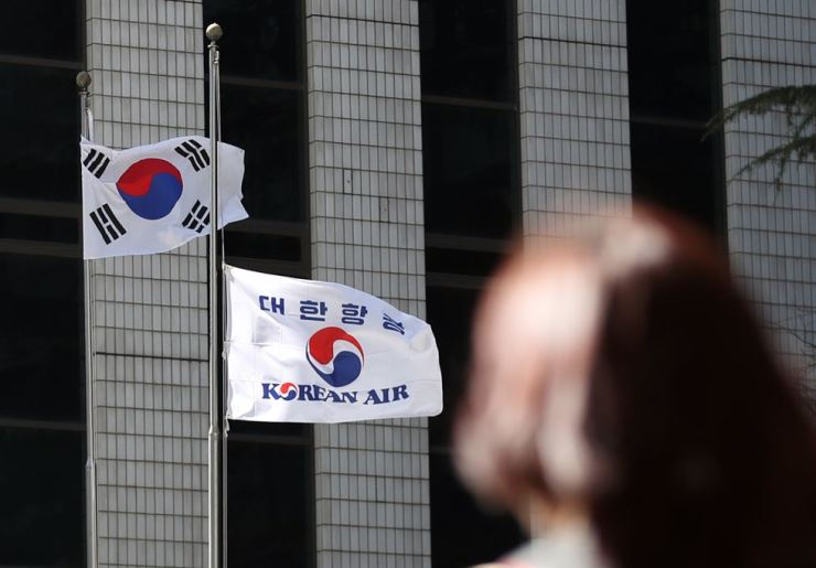 The flag of Korean Air, a Hanjin Group unit, is at half-mast at Korean Air office in Jung-gu, Seoul, Monday, to commemorate Group Chairman Cho Yang-ho's death. Yonhap