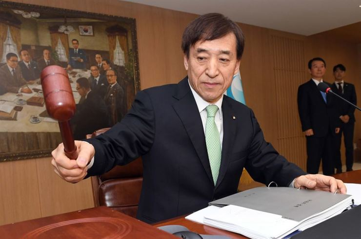 Bank of Korea Governor Lee Ju-yeol hammers a gavel during a Monetary Policy Board meeting at the bank in Jung-gu, Seoul, Thursday. Yonhap