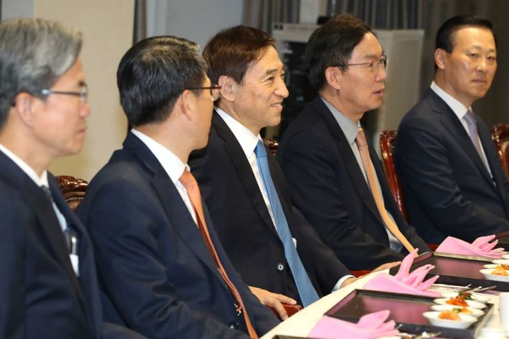 Bank of Korea Governor Lee Ju-yeol, third from left, speaks during the conference with CEOs of the nation's commercial banks at the central bank's head office in Seoul, Friday. / Yonhap