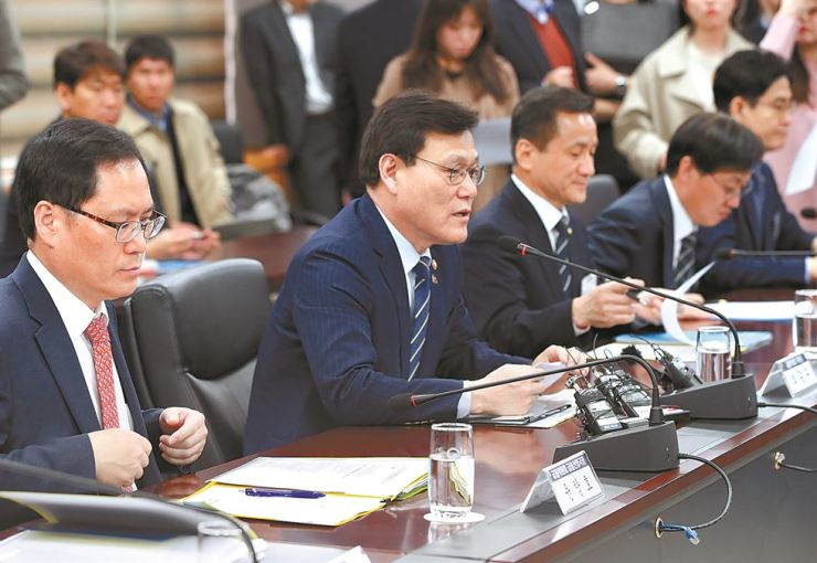 Financial Services Commission Chairman Choi Jong-ku, second from left, speaks at a meeting with chief executives of credit card firms in Seoul, Tuesday. Yonhap