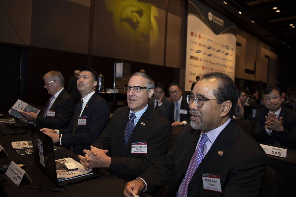 British Ambassador to Korea Simon Smith, center, and Singaporean Ambassador to Korea Yip Wei Kiat, to his left, listen to a speech during the Korea Forum 2019 hosted by The Korea Times and its sister paper the Hankook Ilbo at the Shilla Seoul, Thursday. Forty representatives of more than 20 diplomatic missions, including 12 ambassadors were invited to the forum. / Korea Times photo by Choi Won-suk