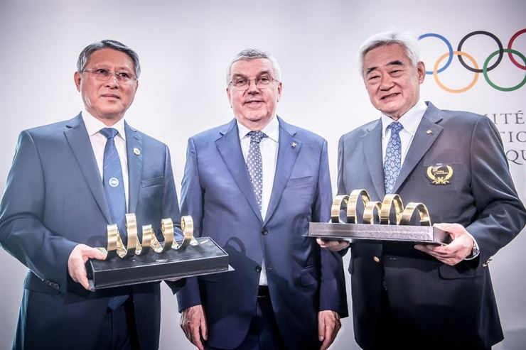 World Taekwondo President Choue Chung-won, right, International Taekwondo Federation President Ri Yong-son, left, and International Olympic Committee President Thomas Bach after the two organization's joint ceremony at Lausanne, Switzerland, Thursday (local time). Courtesy of World Taekwondo