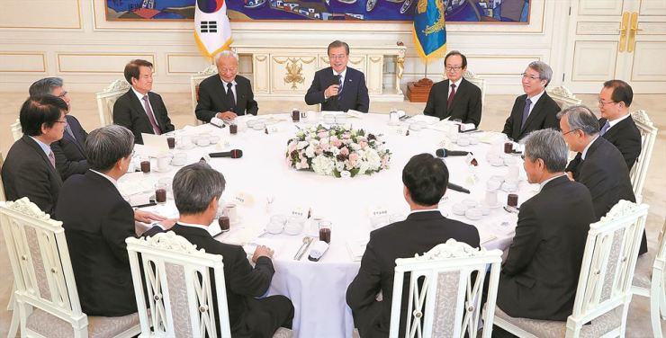 President Moon Jae-in holds a meeting with former senior economic officials at Cheong Wa Dae, Wednesday. The meeting was arranged to seek advice on how to boost the economy, the presidential office said. Participants included Jeon Yun-churl, former chief of the Board of Audit and Inspection, former Bank of Korea Governor Kim Choong-soo, former Fair Trade Commission chief Kang Chul-kyu and former BOK Governor Park Seung. Yonhap