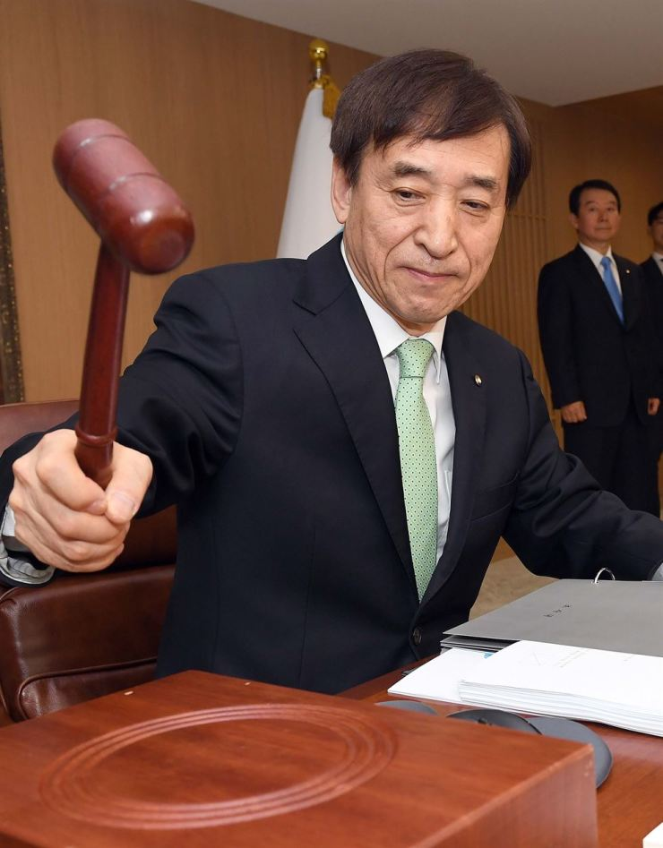 Bank of Korea Governor Lee Ju-yeol bangs a gavel during a monetary policy committee meeting at the central bank in Seoul, April 18. Yonhap