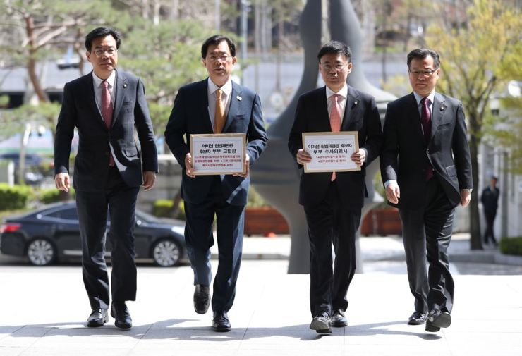 Lawmakers of the main opposition Liberty Korea Party enter the Supreme Prosecutors Office in Seoul, Monday, to file complaints against the disputed Constitutional Court Justice nominee Lee Mi-sun and her husband for allegedly making lucrative stock transactions using insider information. From left are Reps. Song Eon-seog, Lee Man-hee, Choi Gyo-il and Lee Yang-soo. / Yonhap
