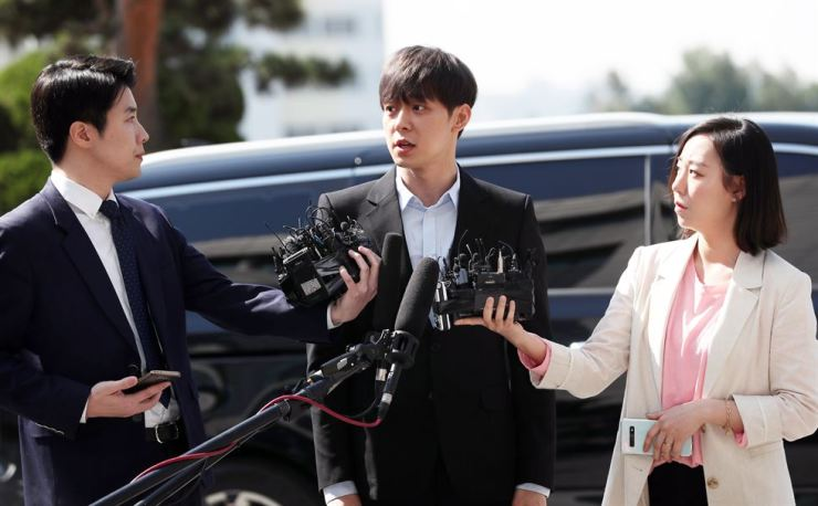 Park Yoo-chun, an actor and member of boy band JYJ, speaks to reporters before entering the Gyeonggi Nambu Provincial Police Agency in Suwon, Wednesday. Yonhap