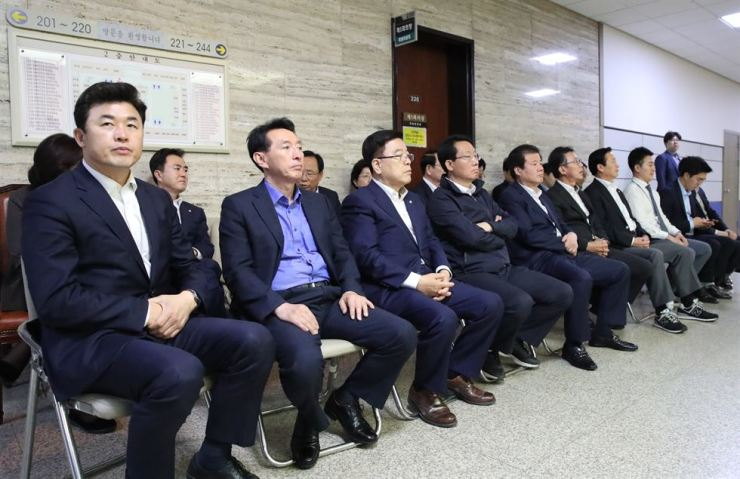 Lawmakers of the main opposition Liberty Korea Party hold a sit-in protest to block a meeting of the special committee on judiciary reform aimed to approve reform bills to be fast-tracked at the National Assembly, Thursday. / Yonhap