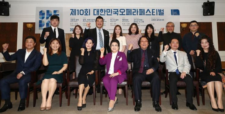 Artistic directors of six opera companies, the festival's organizing committee chair, opera singers, producers and a composer pose at a press conference held at Seoul Arts Center in southern Seoul, Thursday. The 10th Korea Opera Festival will kick off May 17 and continue until June 9 at Seoul Arts Center's Opera House, Jayu Theater and its open-air square. Yonhap