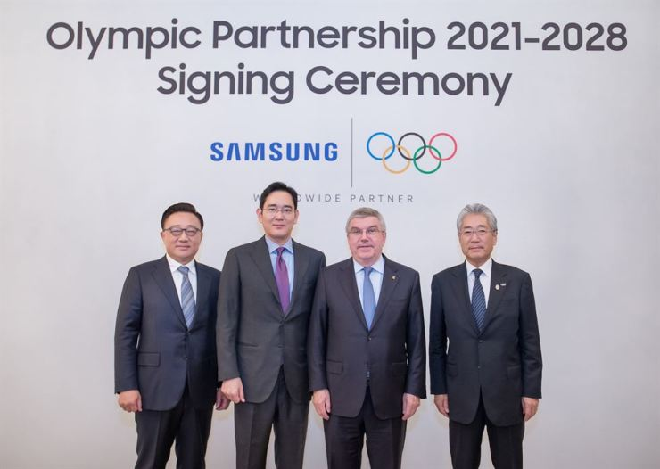 Samsung Electronics Vice Chairman Lee Jae-yong, second from left, with IOC Chairman Thomas Bach, second from right, after signing an agreement to extend the firm's official sponsorship for the Olympic governing body to 2028, at the Hotel Shilla in Seoul, Dec. 4, 2018. / Courtesy of Samsung Electronics