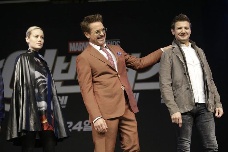 Actor Robert Downey Jr., center, pats the shoulder of actor Jeremy Renner, right, and actress Brie Larson during an Asia Press Conference to promote 'Avengers: Endgame' in Seoul, Monday. / AP-Yonhap