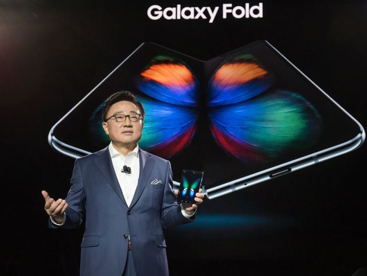 Koh Dong-jin, president of Samsung Electronics, introduces the Galaxy Fold foldable smartphone in San Francisco, Feb. 20. The firm said Tuesday it has delayed the release of the device due to display issues. / Courtesy of Samsung Electronics