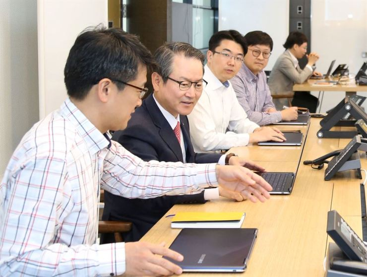 Shinhan Life Insurance CEO Sung Dae-kyu, second from left, talks with employees at the insurer's newly established innovation center at the company's headquarters in central Seoul. / Courtesy of Shinhan Life