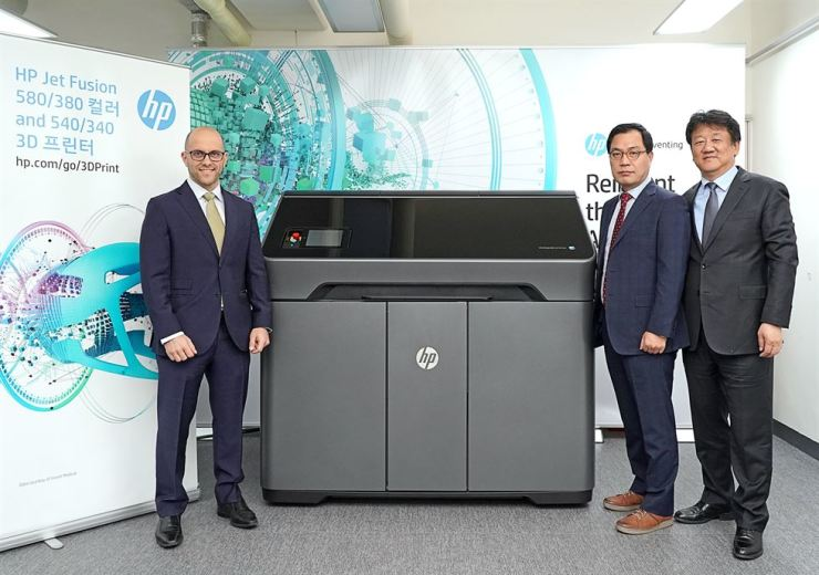 HP Korea country managing director Kim Dae-hwan, right, HP 3D printing director Alex Lalumiere, left, and Inter I Korea CEO Chang Min-su pose with HP's 3D printer at Inter I Korea's headquarters in Seocho-dong, southern Seoul.