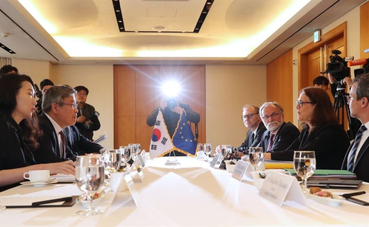 Minister of Employment and Labor Lee Jae-kap, second from left, discusses with European Commissioner for Trade Cecilia Malmstrom, second from right, issues concerning Korea not adopting key ILO conventions in Seoul, Tuesday. Yonhap
