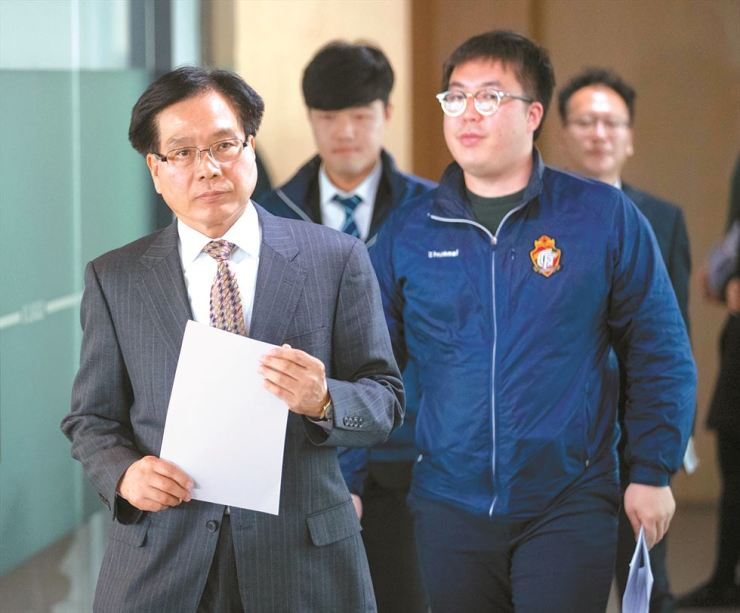 A grim-faced Cho Ki-ho, CEO of Gyeongnam FC football club, enters the Football Building in central Seoul, Tuesday, to attend a K League Disciplinary Committee meeting. The Changwon-based club was fined 20 million won for allowing the major opposition Liberty Korea Party leader Hwang Kyo-ahn to campaign for his party candidate ahead of an April 3 by-election. / Yonhap