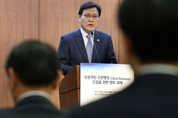 FSC Chairman Choi Jong-ku delivers congratulatory remarks on the scheduled launch of Open Banking at the Korea Federation of Banks, April 15. Yonhap
