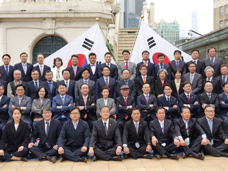 A Lawmakers and Assembly delegation poses for a group photo in department store Wing On in Shanghai, Thursday, where the Provisional Assembly and its members had taken a group photo in 1921. / Yonhap