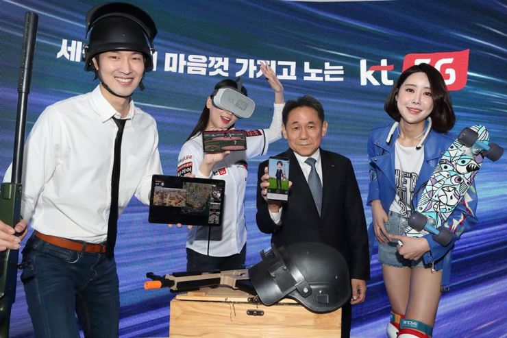 Lee Pil-jae, second from right, vice president of KT, poses while demonstrating the firm's 5G group video call service 'narle' at the firm's headquarters in Gwanghwamun, central Seoul, Tuesday. / Courtesy of KT