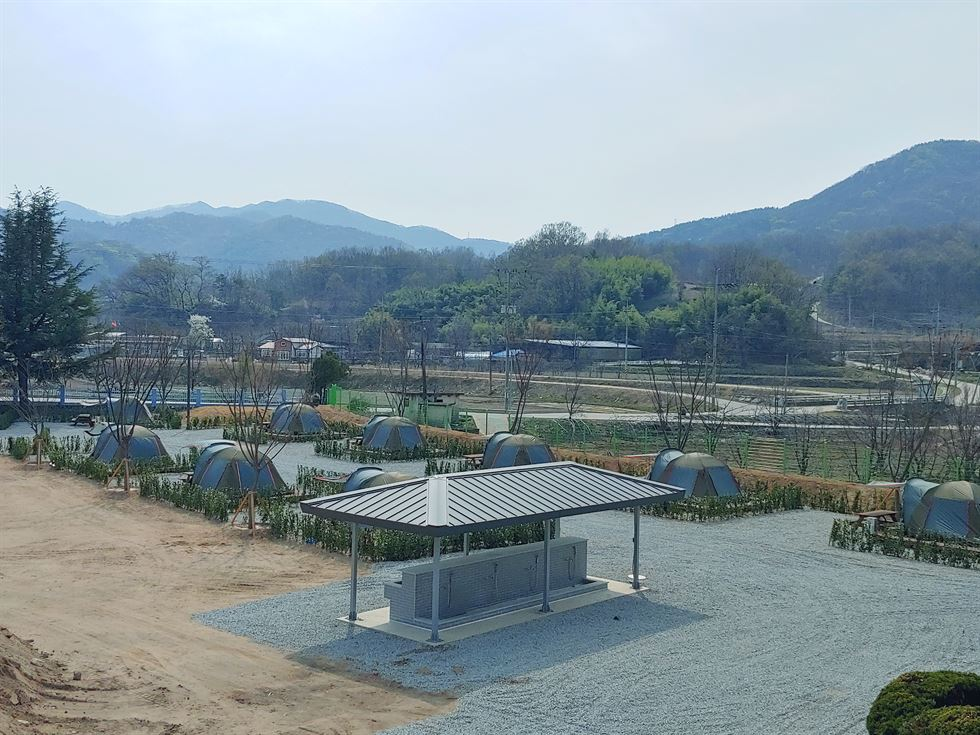 The former building of the Yongpyo branch of Nakdong Elementary School in Sangju, North Gyeongsang Province, has been turned into a camping facility for families from the capital. / Courtesy of Seoul Metropolitan Government