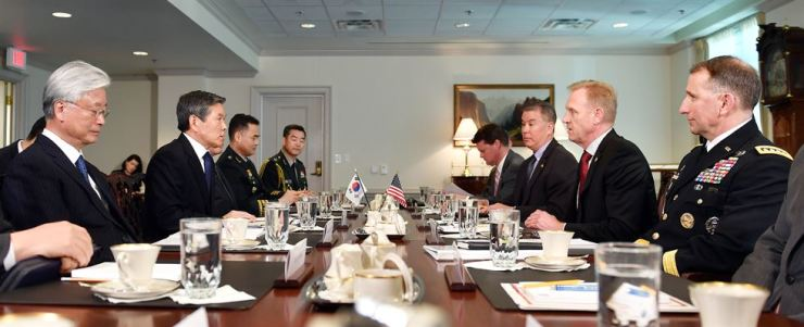 Defense Minister Jeong Kyeong-doo, center on left, and acting U.S. Secretary of Defense Patrick Shanahan, center on right, talk during their first face-to-face meeting held at the Pentagon in Virginia, the U.S., Tuesday (KST). Courtesy of Ministry of National Defense