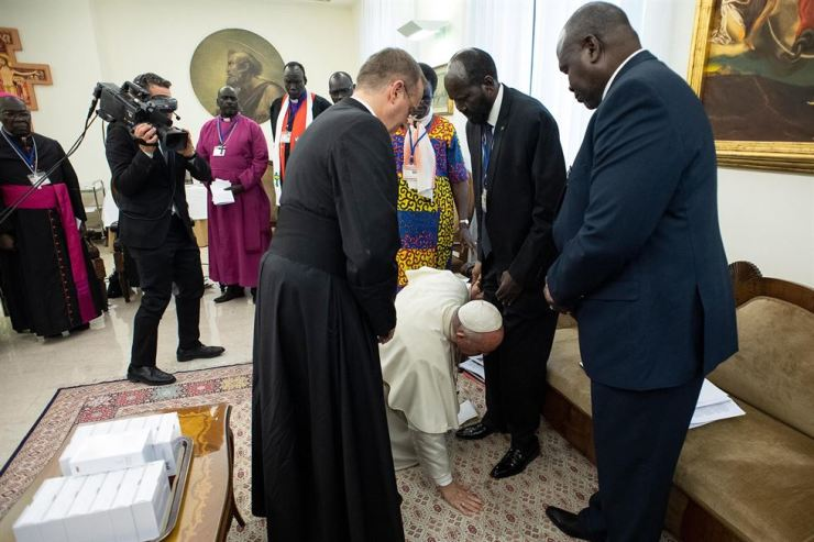 A handout picture provided by the Vatican Media shows Pope Francis bends to kiss the feet of the South Sudan President President Salva Kiir Mayardit (2-R) alongside other leaders gathered by him for the peace initiative, at the Vatican City, 11 April 2019. The Pope kissed the feet of Republic President Salva Kiir Mayardit, and designated vice presidents, including Riek Machar and Rebecca Nyandeng De Mabior, 11 April 2019. EPA