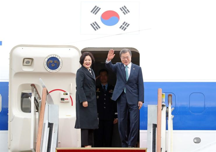 President Moon Jae-in waves his hands before departing a military airbase in Seongnam near Seoul for his summit with U.S. President Donald Trump at the White House, Washington D.C., Thursday (KST). Yonhap