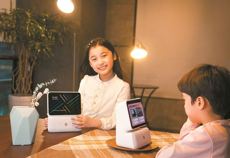 Child models promote SK Telecom's new AI speakers featuring displays. / Courtesy of SK Telecom