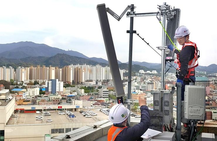 LG Uplus engineers check the firm's base station for 5G services in Gwangju. / Courtesy of LG Uplus